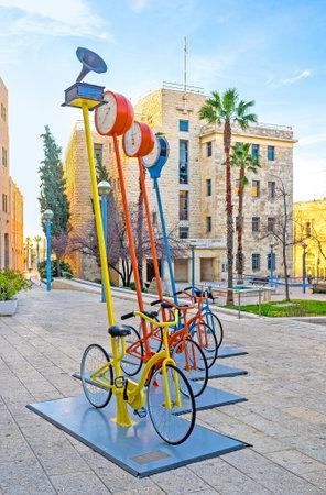 ciclos: Jerusalén, ISRAEL - 18 de febrero, 2016: La instalación interesante urbana en la Plaza Safra con muchos ciclos, el 18 de febrero en Jerusalén.