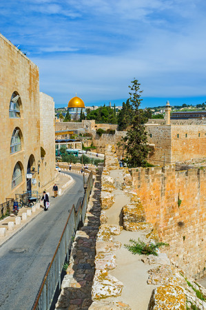hasid: JERUSALEM, ISRAEL - FEBRUARY 18, 2016: The descent leads to the Western Wall and the Temple Mount, on February 18 in Jerusalem.