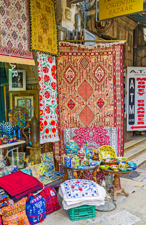 estrella de david: Jerusalén, ISRAEL - 18 de febrero, 2016: El antiguo puesto en el mercado en la Via Dolorosa ofrece manteles, servilletas bordadas de colores, fundas de almohadas y otros regalos hechos a mano, el 18 de febrero en Jerusalén.