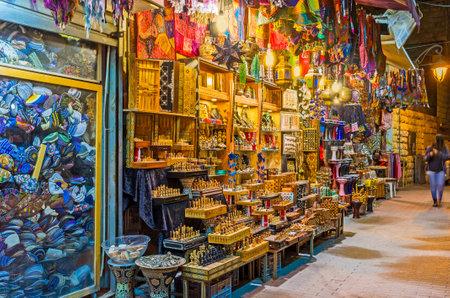 estrella de david: El puesto de recuerdos en la calle Ben Yehuda ofrece el ajedrez hecho a mano de madera, luces árabe, bolsas de colores y otros bienes turísticos, Jerusalén, Israel.
