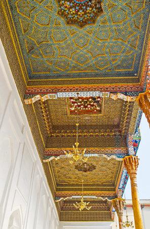 sufi: BUKHARA, UZBEKISTAN - APRIL 29, 2015: The complex patterns on the wooden screens in Sheikh Nakshbund Mausoleum, on April 29 in Bukhara.
