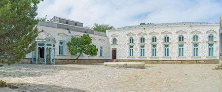 grecas: Bukhara, Uzbekist�n - 29 de abril de 2015: La fachada blanca del palacio Sitorai Mokhi-Khosa palacio del Emir decorado con el calado tracer�a en ganch, el 29 de abril en Bukhara. Editorial