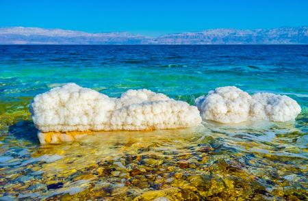 Die Ufer des Toten Meeres sind voll von weißen Steinen, mit den Kristallen von Salz bedeckt, Ein Gedi, Israel.