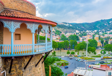 tallado en madera: TBILISI, GEORGIA - MAY 28, 2016: The old town cityscape with the Kura embankment, river, Sionni Cathedral and the carved wooden balcony of the Queens Darejan Sachino Palace, on May 28 in Tbilisi. Editorial