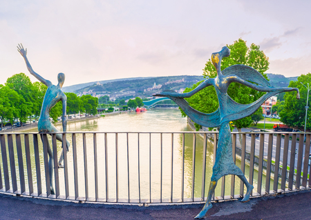 TBILISI, GEORGIA - MAY 28, 2016: The Baratashvili Bridge, decorated with the bronze sculptures of Ali and Nino - the famous literary heroes, on May 28 in Tbilisi. Publikacyjne