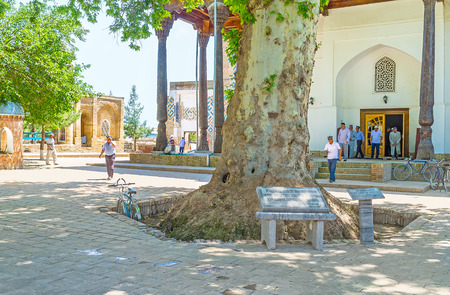 sufi: SHAKHRISABZ, UZBEKISTAN - MAY 2, 2015: The worshipers next to the mosque of Hazrati Imam Complex after the prayer, on May 2 in Shakhrisabz.