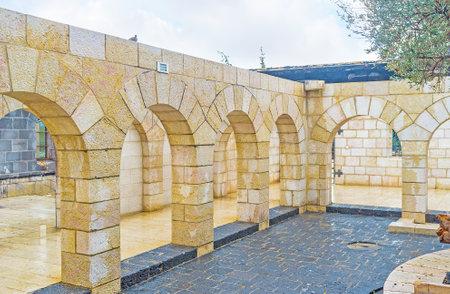 arcos de piedra: TABGHA, ISRAEL - FEBRERO 22 de, 2016: El patio de la Iglesia Multiplicación con los numerosos arcos de piedra, el 22 de febrero en Tabgha.