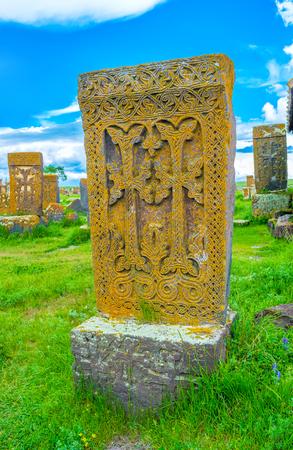 memorial cross: El khachkar con dos cruces talladas, rodeado de un hermoso modelo, Noratus cementerio, Provincia Gegharkunik, Armenia. Foto de archivo
