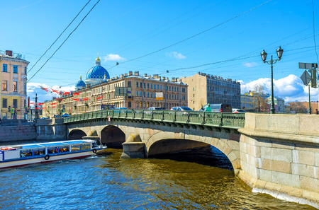 palacio ruso: ST PETERSBURG, RUSSIA - APRIL 25, 2015: The chain suspension Izmailovsky Bridge over Fontanka River links Voznesensky Prospekt with Izmailovsky Prospekt, on April 25 in St Petersburg.