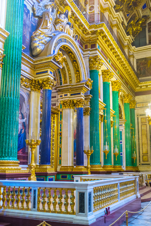 sobor: SAINT PETERSBURG, RUSSIA - APRIL 25, 2015: The iconostasis of St Isaacs Cathedral is framed by semiprecious stone columns, green malachite and blue lazurite, on April 25 in Saint Petersburg.