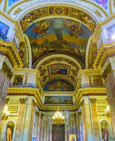 sobor: SAINT PETERSBURG, RUSSIA - APRIL 25, 2015: The splendid prayer hall of St Isaacs Cathedral, that boasts several tons of silver and golden embellishments, on April 25 in Saint Petersburg.