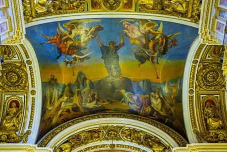 grecas: San Petersburgo, Rusia - 25 de abril, 2015: El icono en el techo de la catedral de San Isaac, rodeado de los patrones de calado y esculturas, el 25 de abril en San Petersburgo.