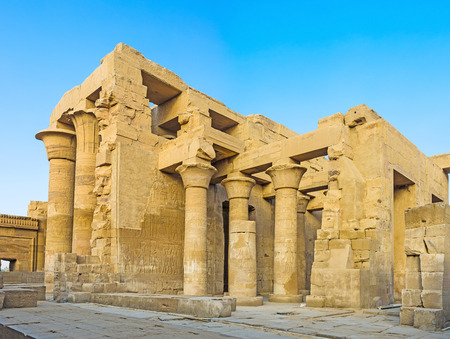 horus: Las hermosas columnas de Inner Hypostyle Hall en el templo de Kom Ombo, Egipto.