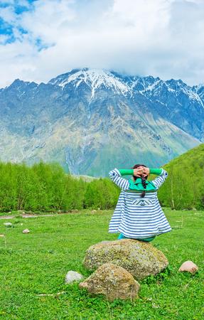 cansancio: Las vistas panorámicas y aire fresco en el Parque Nacional Kazbegi ayudan a relajarse y olvidarse de cansancio, Georgia.