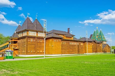 palacio ruso: The back side of the timbered Grand Palace of Tsar Alexei Mikhailovich in Kolomenskoye Manor with the green lawn on the foreground, Moscow, Russia.