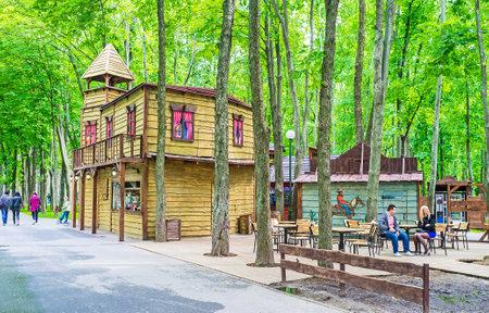 KHARKOV, UKRAINE - 20 mai 2016: Le West Town sauvage dans Gorky Park avec sallon bois, café en plein air et de nombreuses attractions pour enfants, le 20 mai à Kharkov.