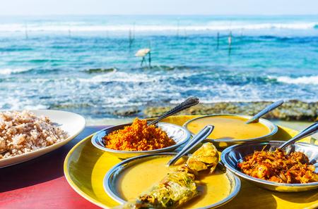 De viscurry is het beste diner aan de kust van de oceaan van Ahangama resort, Sri Lanka.