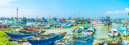 fischerei: MIRISSA, SRI LANKA - DECEMBER 3, 2016: The numerous colorful trawlers, catamarans and motor boast in fisheries harbor, on December 3 in Mirissa.