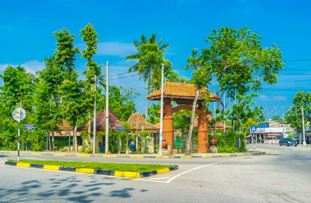 PADENIYA, SRI LANKA - 25 DE NOVIEMBRE DE 2016: La puerta al parque de niños en el pueblo de Padeniya, situado a lo largo del camino de Wariyapola, el 25 de noviembre en Padeniya. Editorial