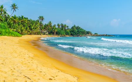 La tranquila playa de Dodanduwa es el mejor lugar para escuchar el sonido del océano y ver las olas Hikkaduwa, Sri Lanka.