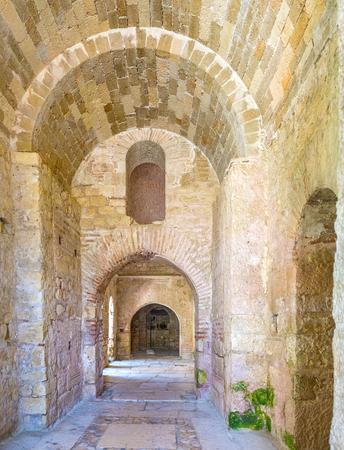 De oude steenkerk van Sinterklaas houdt koele temperatuur in hete zonnige dagen, Demre, Turkije
