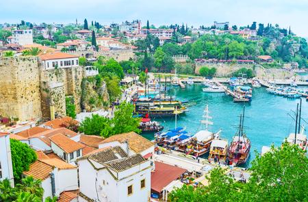 アンタルヤの旧マリーナは、古くから港として使用された、今日それは中世の要塞の壁および多数の歴史的な邸宅、トルコを保持します。