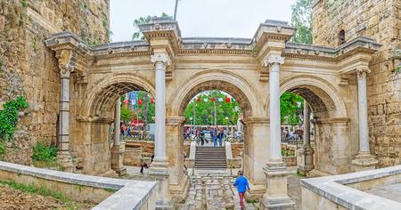 Antalya, Turquie - 6 mai 2017: La promenade à travers la porte d'Hadrien, reliant le vieux Kaleici avec l'avenue Ataturk moderne, le 6 mai à Antalya. Banque d'images - 80404664