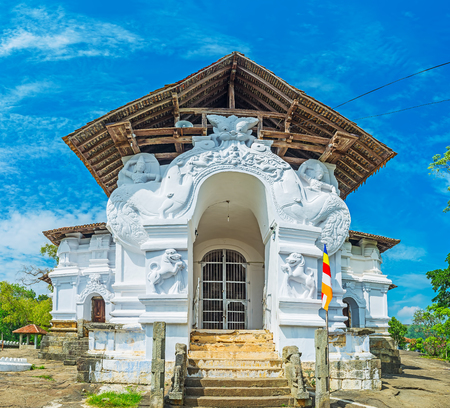 indo: The facade of Sri Lankathilaka Rajamaha Viharaya Temple decorated with carved Dragon Arch, sculptures and Indo Chinese patterns, Udunuwara, Sri Lanka. Stock Photo