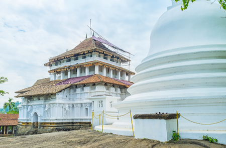indo: Lankathilaka Vihara is the notable landmark of Kandy district, famous for its unique mix styled architecture and scenic location - on the top of the rock among the jungles, Udunuwara, Sri Lanka. Stock Photo