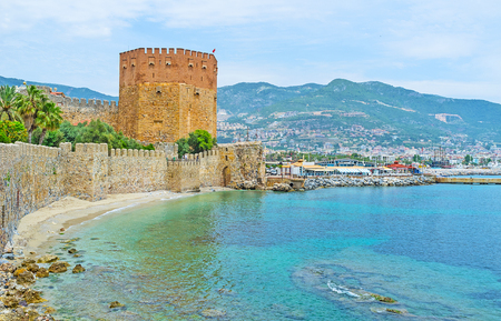 Alanya boasts preserved medieval fortress with long stone wall, stretching along the shore and than running on the top of Castle hill, also at the coast locates the Red Tower of old arsenal, Turkey. Banco de Imagens