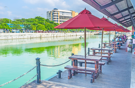 floating bridge: COLOMBO, SRI LANKA - DECEMBER 7, 2016: The cozy outdoor cafe in Pettah Floating Market at the Beira lake, on December 7 in Colombo.