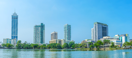 The modern buildings on the bank of Beira lake, here locate offices, shopping malls and enterntainment centers, Colombo, Sri Lanka. Stockfoto