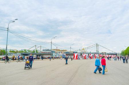 모스크바, 러시아 - 5 월 11 일, 2015 : Gorky 공원 옆에있는 푸시 킨 제방은 도보 및 자전거 타기를위한 가장 사랑받는 장소 중 하나입니다, 5 월 11 일, 모스 에디토리얼