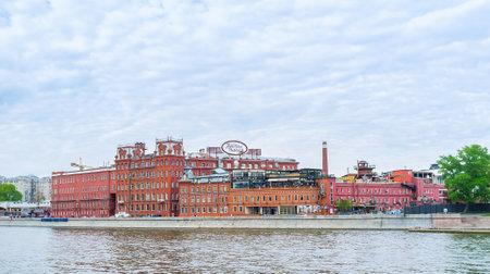MOSCÚ, RUSIA - 11 DE MAYO DE 2015: Los hermosos edificios de color rojo de la antigua fábrica de chocolate de octubre rojo sirve hoy en día como oficina y complejo de ocio, el 11 de mayo en Moscú, Rusia Editorial