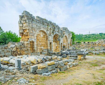 La ville antique de Perge avec des murs en pierre préservés, des colonnes, des rues et des fondations de bâtiments, Antalya, Turquie. Banque d'images - 83768988