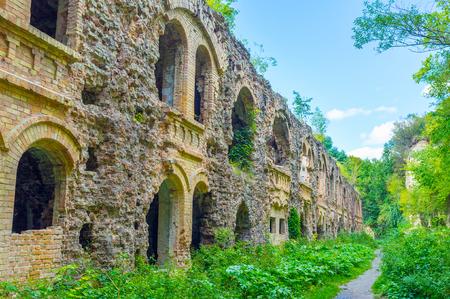 Het Tarakanovfort is een beroemd verdedigingsgebouw, tegenwoordig ligt in ruïnes omringd door weelderig groen, Dubno, de Oekraïne