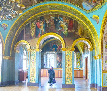 POCHAYIV、ウクライナ - 2017 年 8 月 30 日: 古い檀家は、Pochayiv で 8 月 30 日拝廊の St ジョブ教会の Pochayiv 修道院、十字架の印を作るします。 写真素材 - 86600154