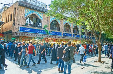 テヘラン, イラン - 2017 年 10 月 11 日: 実用性に欠けました Panzdah e Khordad 怪しげな路地とテヘランで 10 月 11 日のグランド バザールの多くの屋台通り