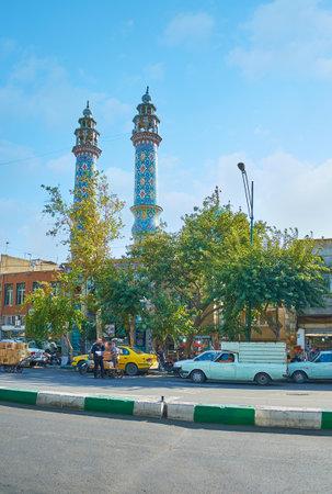 テヘラン, イラン - 2017 年 10 月 11 日: 10 月 11 日、テヘランの Panzdah e Khordad 通りの木々 が上がりアル Aqa (アル ・ アガー) モスクの背の高い尖塔。 報道画像