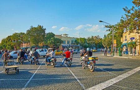 テヘラン, イラン - 2017 年 10 月 11 日: 10 月 11 日、テヘランのアミール ・ キャビールとムスタファ Khomeyni 通りの交差点に信号機のバイクを待ちます 報道画像