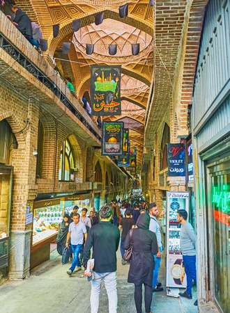 テヘラン, イラン - 2017 年 10 月 11 日: バザール-e Bozorg (グランド マーケット) の複数の煉瓦ドームや店には、10 月 11 日、テヘランでの明るいショーケ