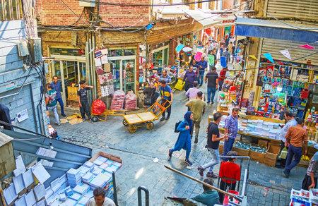 テヘラン, イラン - 2017 年 10 月 11 日: グランド バザールの文具店は 10 月 11 日、テヘランで狭い通り、訪問者、ベンダーおよびポーターの多くを占め