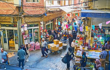 テヘラン, イラン - 2017 年 10 月 11 日: グランド バザールの文房具で毎日の貿易活動、訪れる店舗、商品を運ぶポーター、ベンダーは、10 月 11 日、テヘランで、屋台を宣伝します。 写真素材 - 90045782