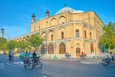 テヘラン, イラン - 2017 年 10 月 11 日: モスタファ ホメイニ通り中世建物のシャヒード Motahari (Sepahsalar) モスクとマドラサ 10 月 11 日、テヘランで、背
