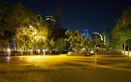 BAKU, AZERBAIJAN - 2017 년 10 월 9 일 : 바쿠대로는 10 월 9 일 바쿠에서 현지인과 관광객이 저녁 산책을 할 때 가장 사랑받는 곳입니다.