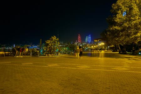 바쿠대로 (Baku Boulevard)는 울창한 푸르른 녹지와 카스피 해 연안의 멋진 전망, 아제르바이잔 (Azerbaijan)으로 인해 현지인과 관광객들에게 사랑 받아온 곳