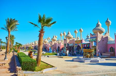 SHARM EL SHEIKH, EGIPTO 15 DE DICIEMBRE DE 2017: El área escénica del bazar de Alf leila wa leila (1001 noches) con el parque, las fuentes, las esculturas y los pabellones árabes inusuales, el 15 de diciembre en Sharm El Sheikh. Editorial