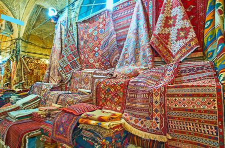 De Perzische tapijten zijn populair geschenk uit Iran, Vakil Bazaar van Shiraz biedt een grote hoeveelheid kilims en tapijten, Iran. Stockfoto