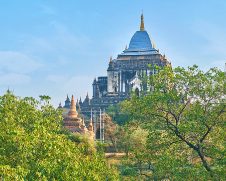 The monumental Thatbyinnyu Temple dominates over surrounding landscape, Bagan, Myanmar Archivio Fotografico