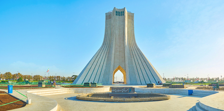 TEHRAN, IRAN - OCTOBER 25, 2017: Panorama of Azadi Square with its main landmark The Azadi Tower in the middle of small park, on October 24 in Tehran 新聞圖片